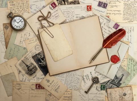 altes Tagebuch, Postkarten und andere nostalgische Gegenstände