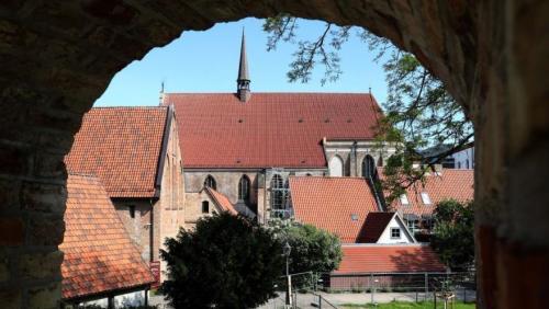 blick-durch-die-stadtmauer-auf-das-kloster-zum-hei-202006011649-full.jpg