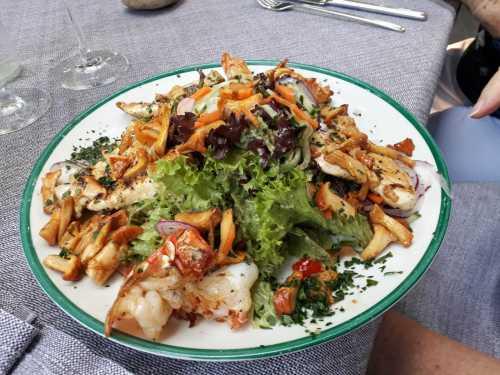 Blattsalate mit gebratenen Pfifferlingen, Garnelen und  Hähnchen