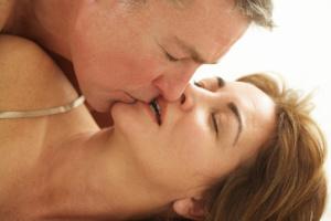 Seniorenpaar beim erotischen Küssen