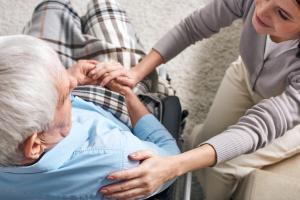 Junge Frau mit krankem Senior