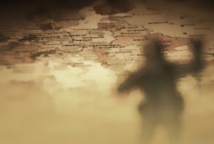 Sepiafarbene Karte Europas mit dem Schatten eines Soldaten