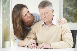 Frau umarmt verständnisvoll ihren Mann