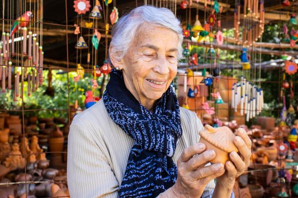 Ältere Dame mit Kunsthandwerk