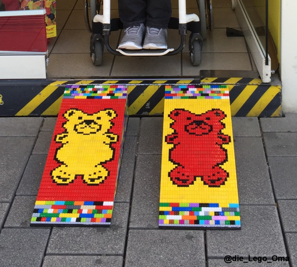 Lego-Rollstuhlrampen vor einem Geschäft