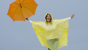 Lachende Frau mit Regenschirm im Regen, © roboriginal - fotolia