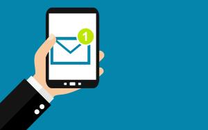 Smartphone mit einer Nachricht