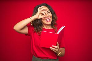 Frau mit einem Buch in der Hand