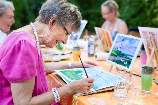 ältere Frauen beim Zeichnen