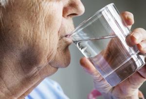 Mann der Wasser trinkt