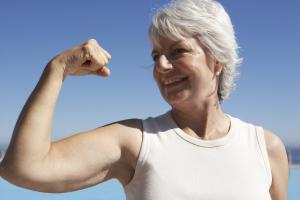 Frau die ihre Muskeln zeigt