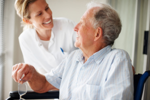 Arzt mit älterem Herr