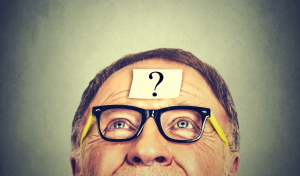 Mann mit Fragezeichen auf der Stirn
