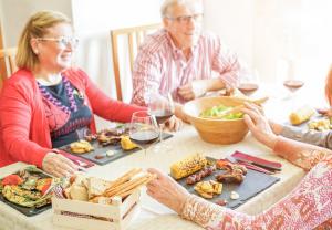 Freunde beim Essen an einem Tisch