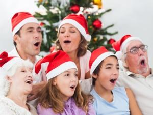 Familie singt unter dem Weihnachtsbaum