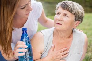 Eine junge und eine ältere Frau mit einer Flasche Wasser