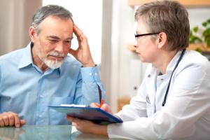 Mann im Gespräch mit dem Arzt, @ Alexander Raths - fotolia