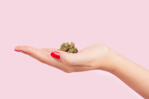 Frauenhand mit Marihuana