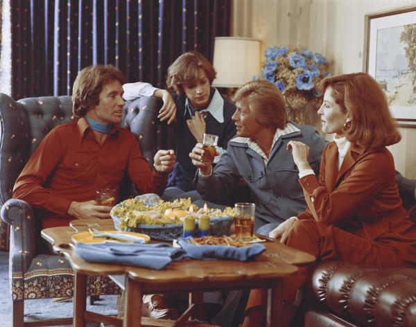 Paare im Wohnzimmer in den 70er Jahren