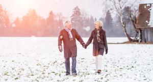 Seniorenpaar bei Spaziergang im Schnee