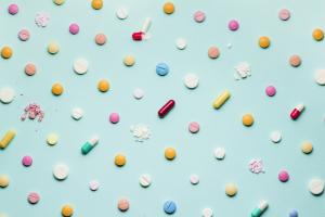 Bunte Pillen auf mintfarbenem Hintergrund