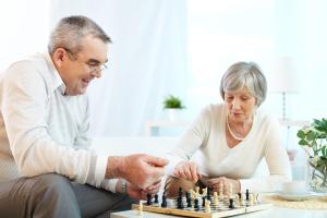 Paar beim Schach spielen