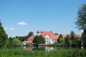 Das Kloster Seeon liegt auf einer Halbinsel im Seeoner See