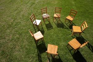 Stuhlkreis auf einer Wiese