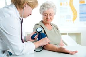 ältere Frau beim Blutdruckmessen