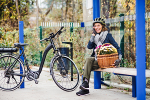Seniorin auf E-Bike