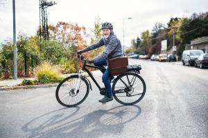 Senior auf einem E-Bike