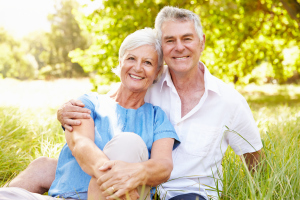 älteres Paar auf einer Frühlingswiese
