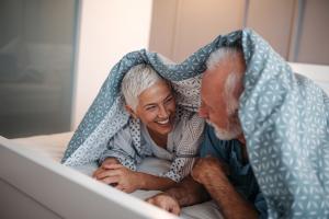 Mann und Frau unter Bettdecke