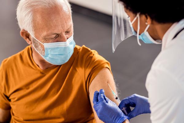 Senior wird gegen Corona geimpft