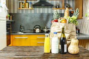 Eingekaufte Lebensmittel auf Küchentheke