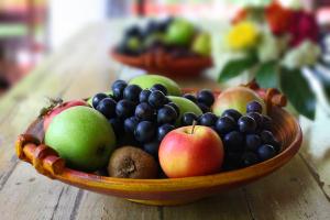 Obstschale mit Äpfeln und Trauben