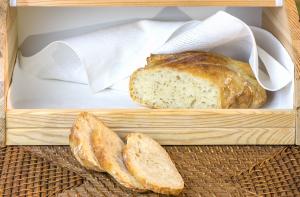 Brot im geöffneten Brotkasten