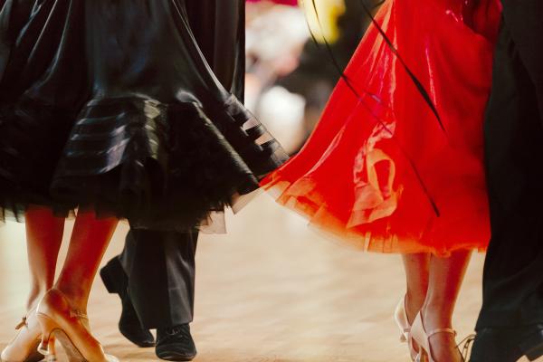 Zwei tanzende Paare Gesellschaftstanz