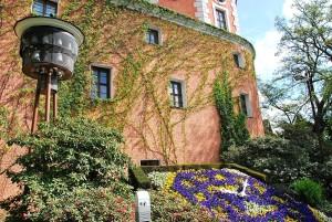 DSC_0067.JPG Die Fleischerbastei mit Blumenuhr und Glocken aus Meißner Porzellan