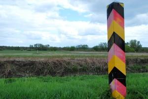 DSC_0103.JPG Grenzpfähle Polen/Deutschland dazwischen der Fluß