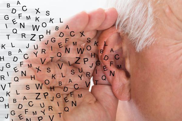 Schwerhörigkeit - Mann versucht zu hören, Buchstaben fliegen ins Ohr