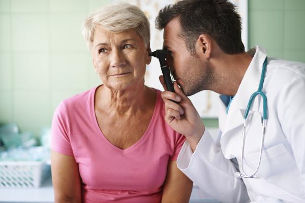 Seniorin beim HNO-Arzt