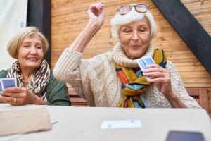 ältere Frauen beim Kartenspiel