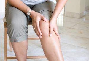 Frau hält sich das schmerzende Knie