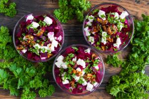 Rote-Bete-Salat mit Petersilie und Walnüssen