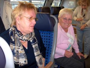 Marlene und Irene passen auf, dass wir das Umsteigen nicht verpa