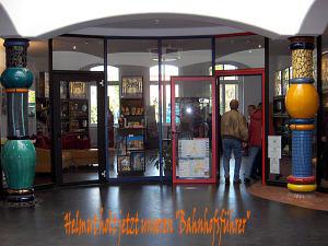 Helmut holt die Bahnhofsführerin
