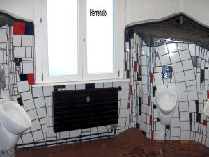 und machte uns aufs Herren WC