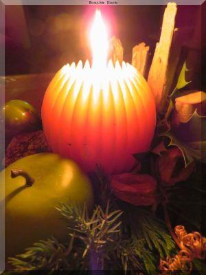 Tischgesteck mit brennender Kerze