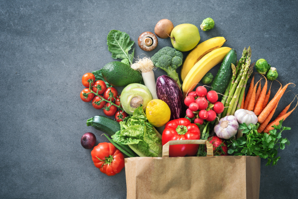Obst und Gemüse in Papiertüte